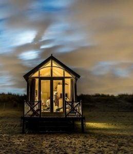 strandhuisje in de avond
